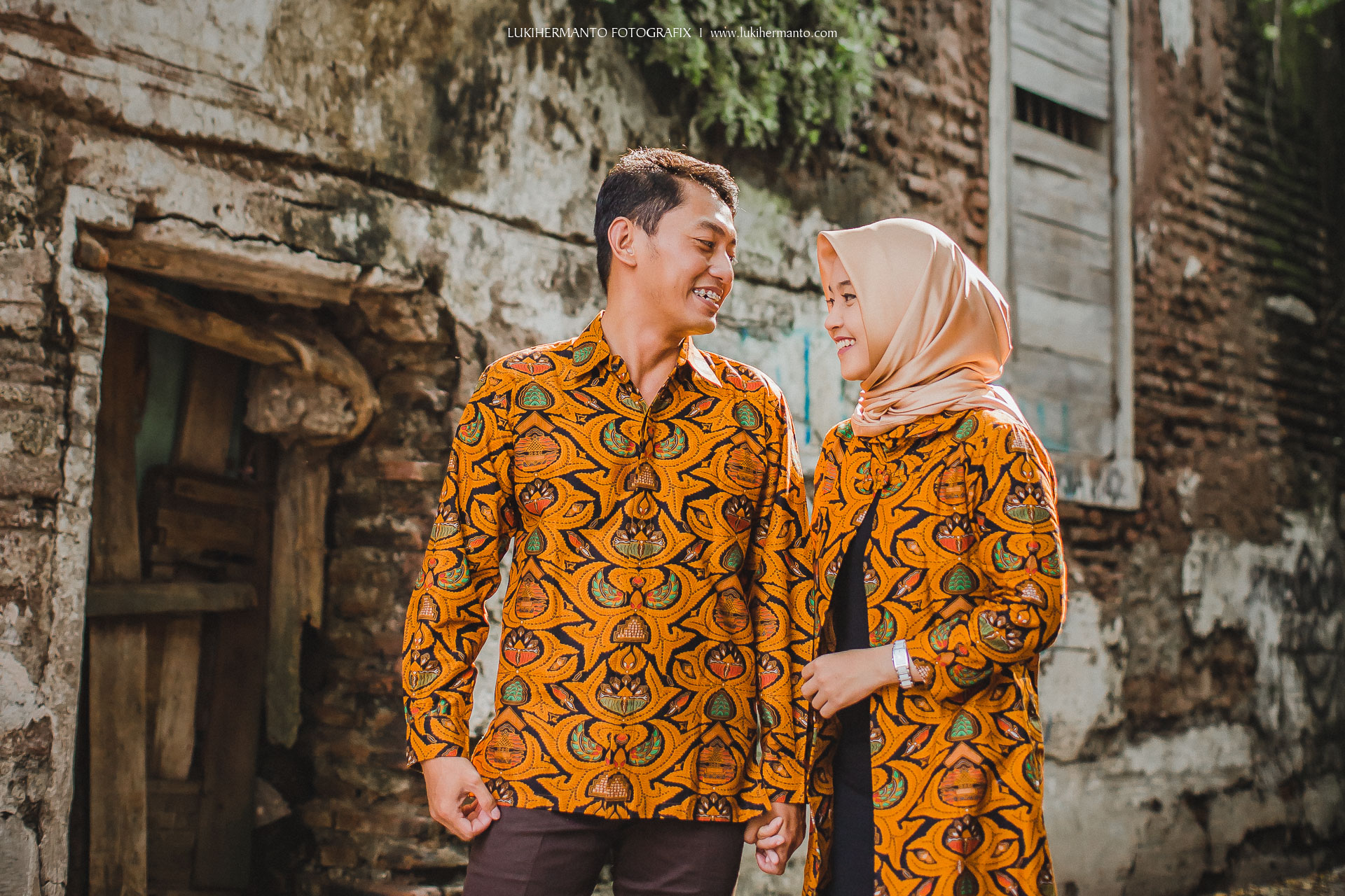 foto prewed batik hijab simple